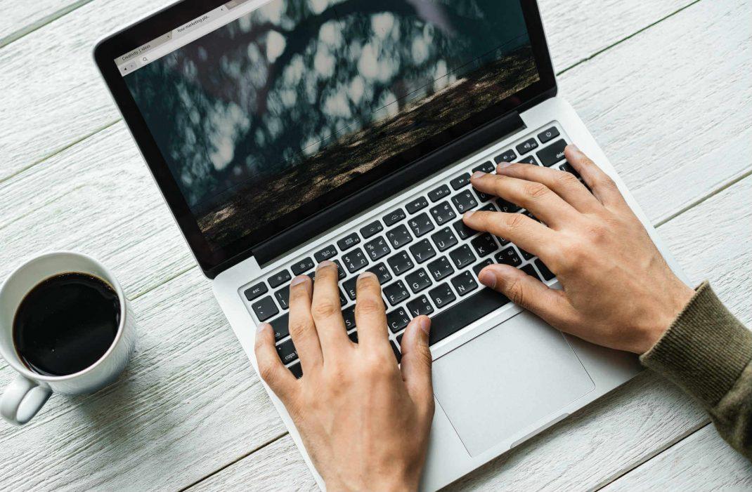 Wunder gelenk an der beuge des handgelenkesse. Zuck&Berg - Digital Marketing Agency